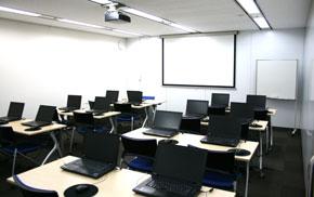 PCカレッジ東梅田校の特長 講師とPCがセットの企業研修